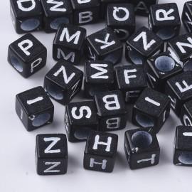 Abalorios negros con letras blancas. Tamaño 6 mm