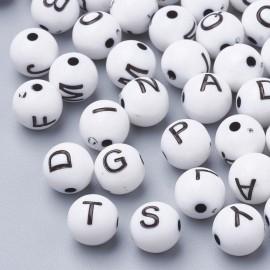 abalorios de perlas blancas con letras de negras. Tamaño 8mm