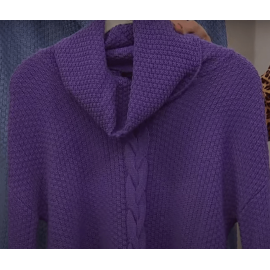Sweater Tejida , morada con cuello de tortuga de Nina Leonard.