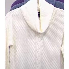 Sweater Tejida , crema con cuello de tortuga de Nina Leonard.