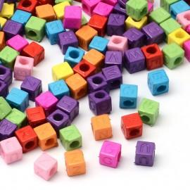 Cubos de plástico en colores variados. Tamaño 6 mm